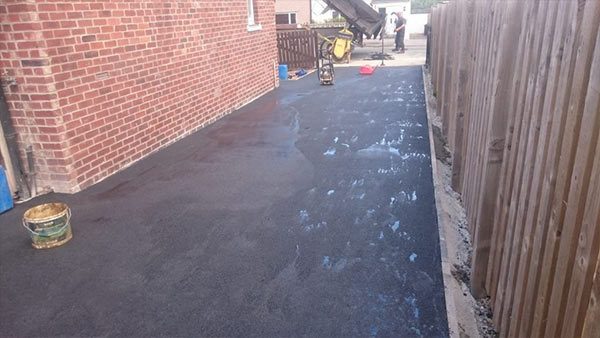 an image of a resurfaced asphalt side-driveway in Huddersfield